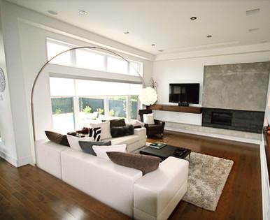Cette pièce est le coeur de la maison. Un espace de repos, divertissement et réunion, tout en étant en contact avec la cour arrière et la cuisine.