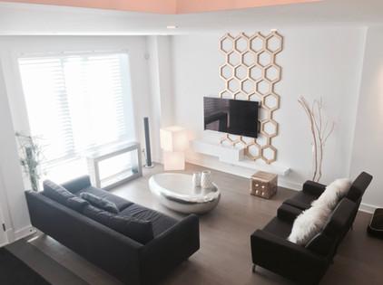 Le panneau vertical 3D placé en décalage sous l'unité télé, a été imaginé et créé spécialement pour cet espace. Il crée le point focal intéressant pour délimiter le salon, dans cet espace ouvert sur la salle à manger.