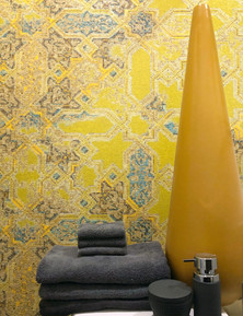 Au coeur de cette maison tout en neutralité, cette salle d'eau, avec son papier-peint texturé et coloré apporte un effet vivifiant et lumineux.