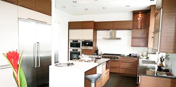 Cette cuisine, presqu'indémodable, se distingue par l'amalgame des tons, textures et matériaux tout en harmonie. Le mandat comprenait la prévision d'un espace de travail et de rangement spacieux et imposant.