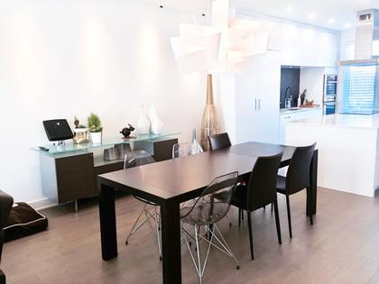 Jeux graphiques et géométriques, où le mobilier seul contraste dans le décor.  Une juxtaposition étudiée de textures et de matériaux où l'élément commun est la couleur:  blanc sur blanc. Les sources de lumières variées avec ses ombres et reflets dynamisent l'ambiance.  Parfait pour les plus petits espaces en créant un effet d'infini.