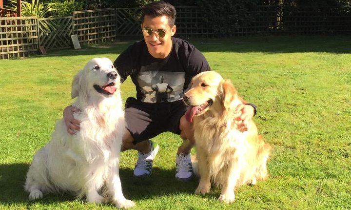 Alexis Sánchez junto a sus perros