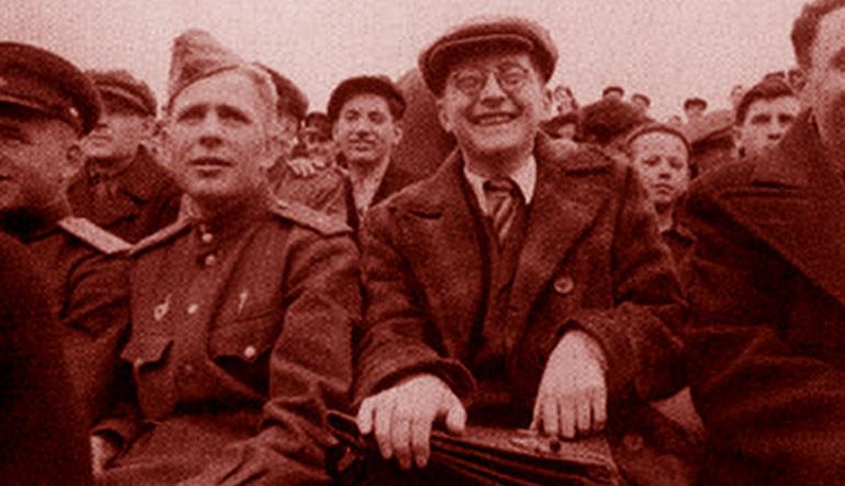 Dmitri Shostakovich asistiendo a un partido de fútbol