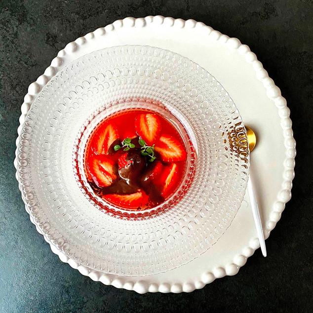 Soupe de fraises au thym citronné, sauce chocolat