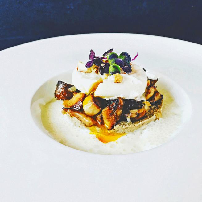 Poêlée de cèpes, œuf poché, mousse de parmesan