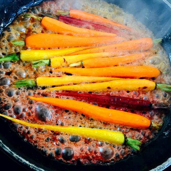 Poêlée de carottes au miel de pissenlit, thym citronné, ail noir
