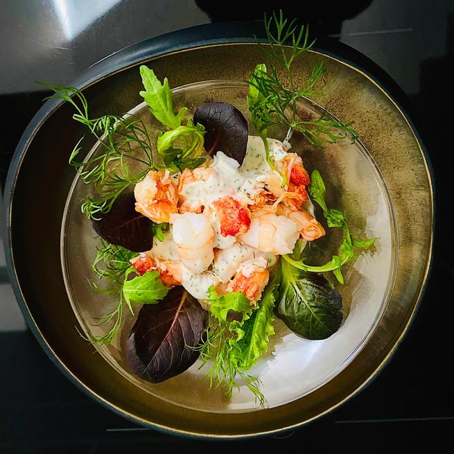 Crabe Royal et gambas sur un nid de salades
