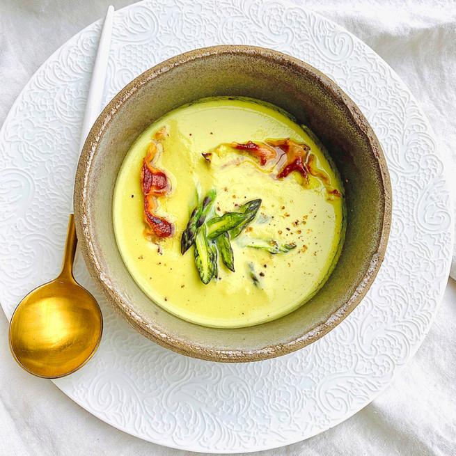 Crème d'asperges vertes et chips de speck