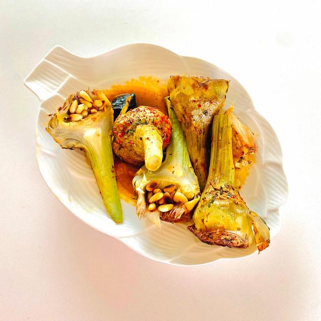 Daurade cuite à l'unilatéral et artichauts poivrade à l'ail noir
