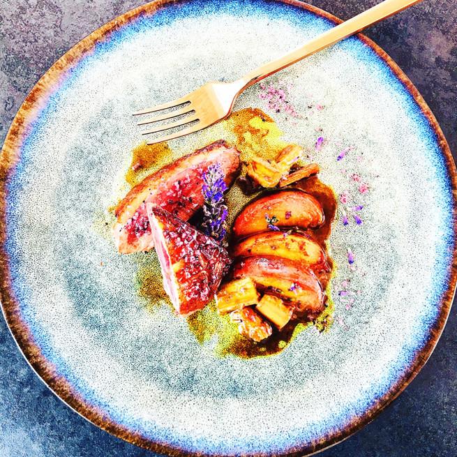 Magrets de canard aux épices, pêches, et rhubarbe rôtis
