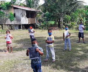 Docentes entregan fichas de estudio a estudiantes de zonas rurales