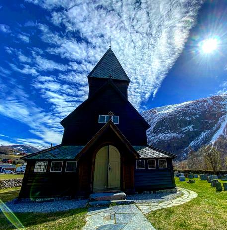 Røldal kyrkje ute.png