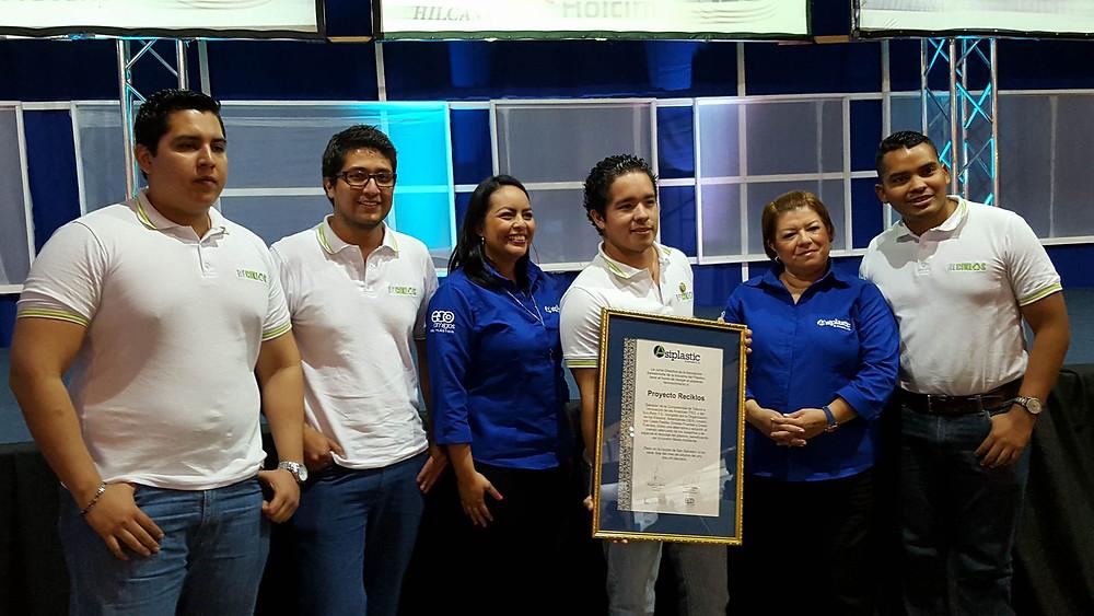 Recicklos recibiendo reconocimiento por ASIPLASTIC El Salvador.
