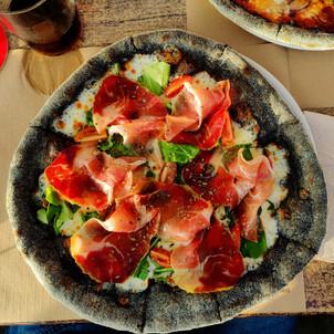 Leckere, schwarze Pizza, gibt´s auch weiß.