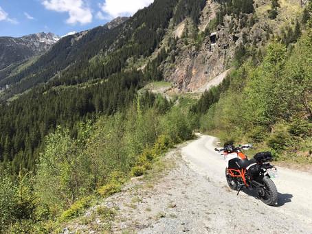 Motorrad Reisen und Gepäck alleine mit Hotel