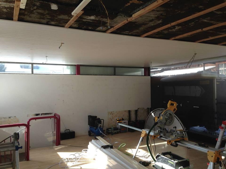 Beginn der Renovationsarbeiten des jetzigen Standortes.  Neue Decke, neue Elektrik, neuer Boden, neue Fensterfront und einen frischen Anstrich waren nötig.