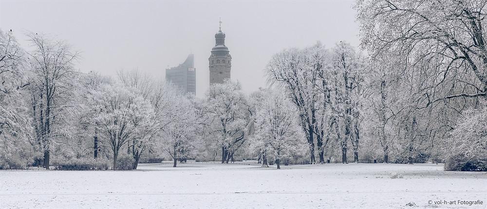 Johannapark mit Blick auf MDR-Turm und Neues Rathaus (Panorama)