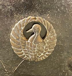 仏胴上部の鶴丸紋