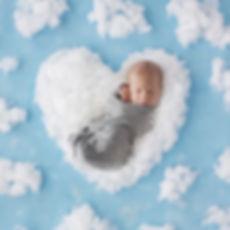 sesja-noworodkowa-chmury.jpg