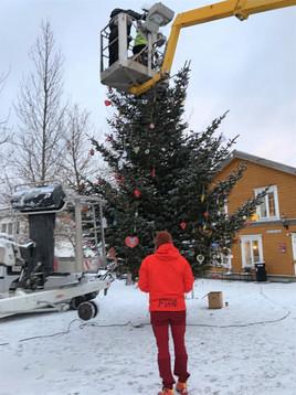 Barnas julepynt på treet.jpg