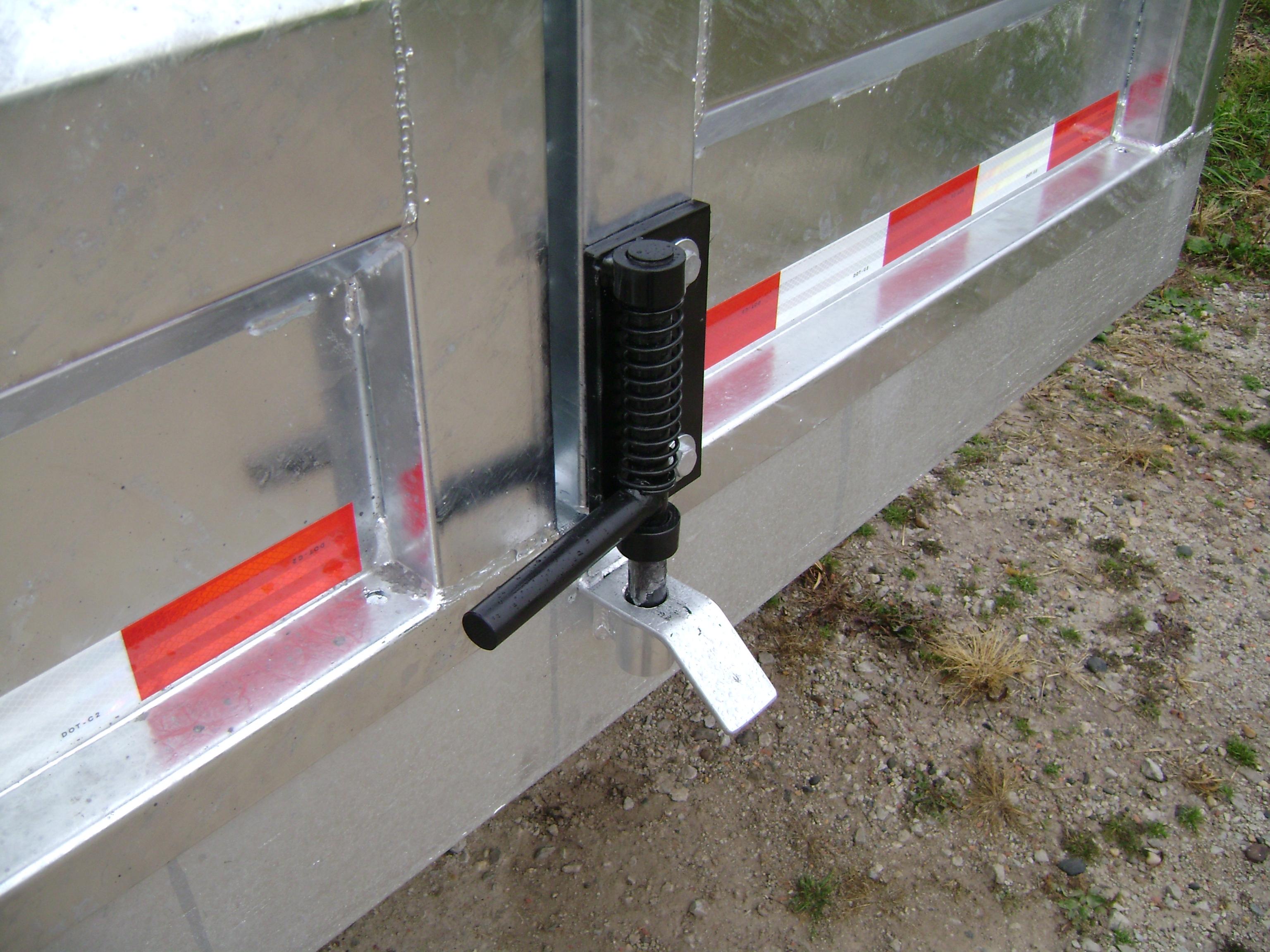 TRAILER DOOR LATCH