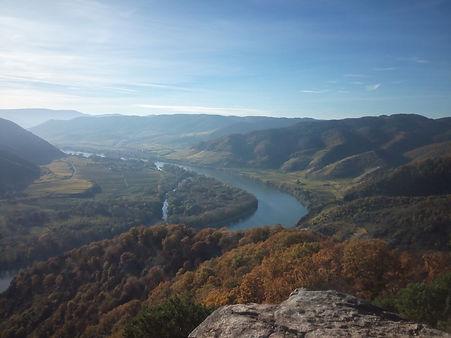 Река между горами
