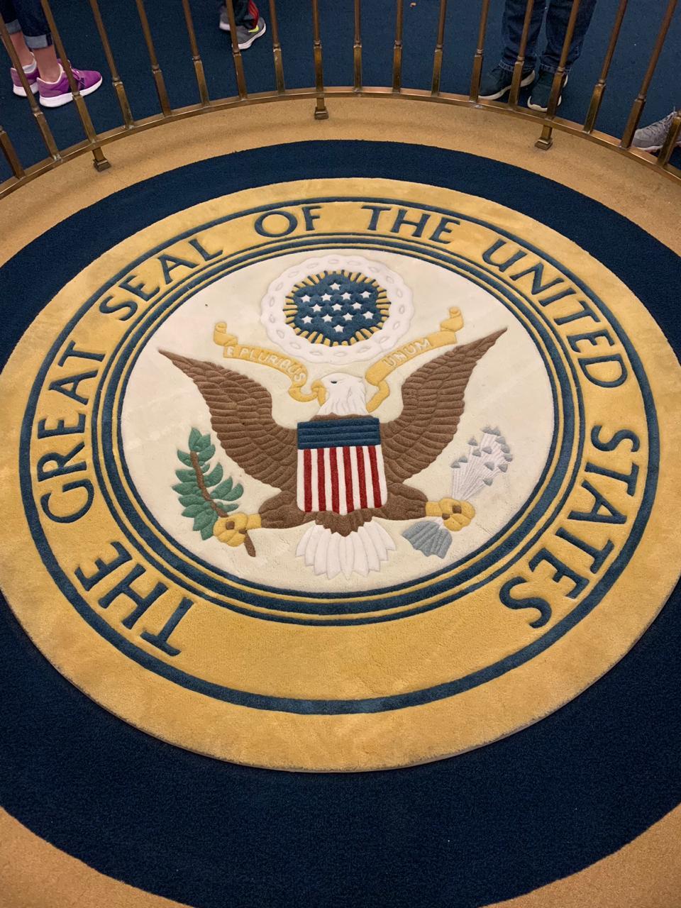O Grande Selo dos Estados Unidos da América. O Hall of Presidents é o único lugar além da Casa Branca que tem esse selo e isso precisou passar por votação no Congresso.