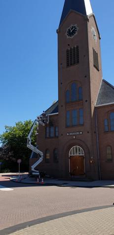Schilderwerk aan de Vredekerk in De Lier