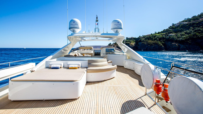 Yacht ROBUSTO - Fly Bridge lounging & hot tub...perfect for passing the days on charter!