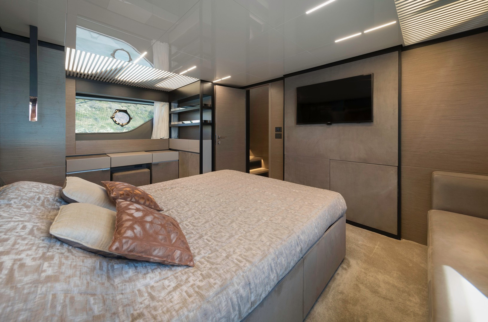 Yacht EPIC - master cabin looking aft