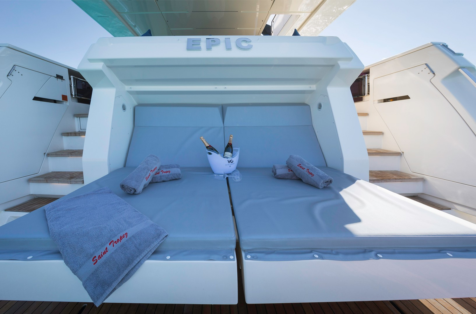 Yacht EPIC - mini-beach club sun loungers