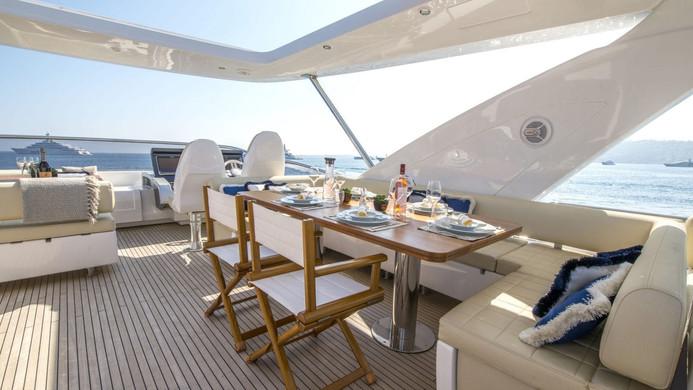 Yacht INVICTUS - al fresco dining