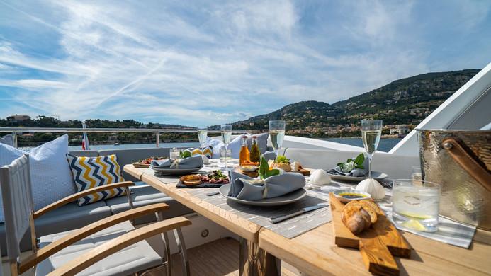 Yacht HERO - fly bridge Al fresco dining