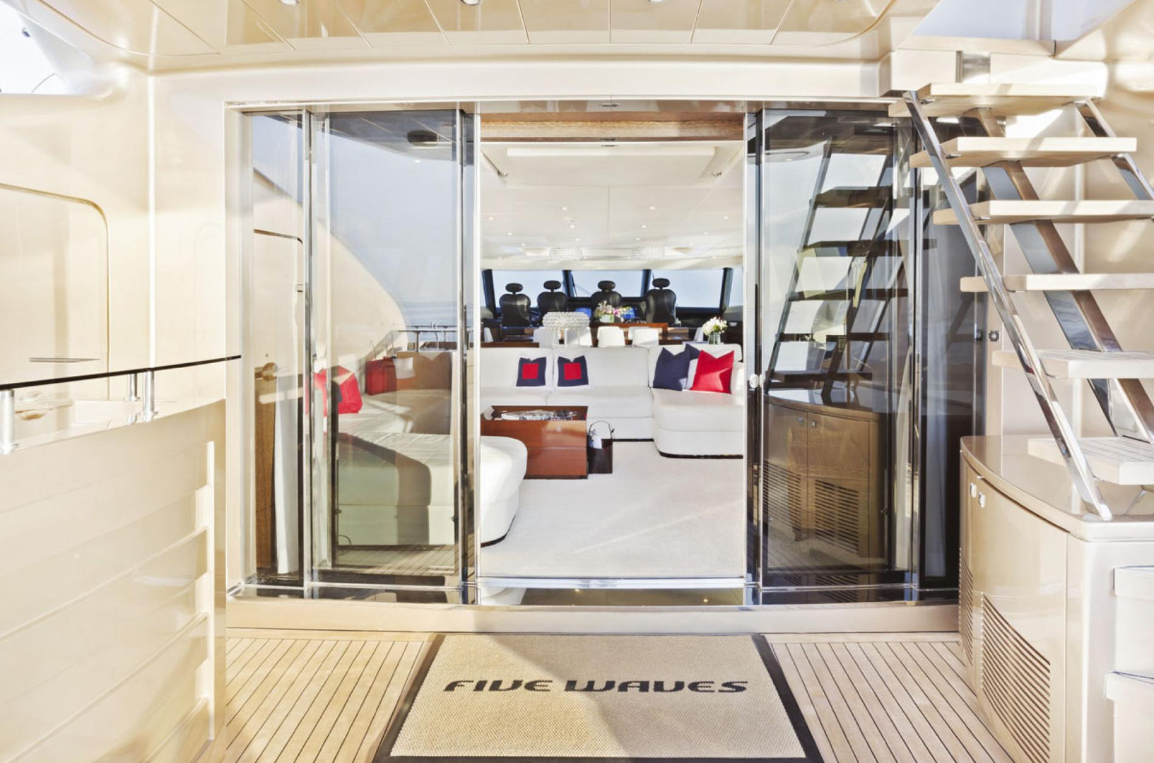 Yacht FIVE WAVES - aft to saloon