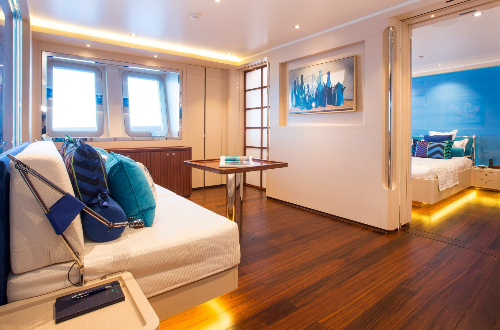Yacht AQUIJO - Guest cabin lounging and table