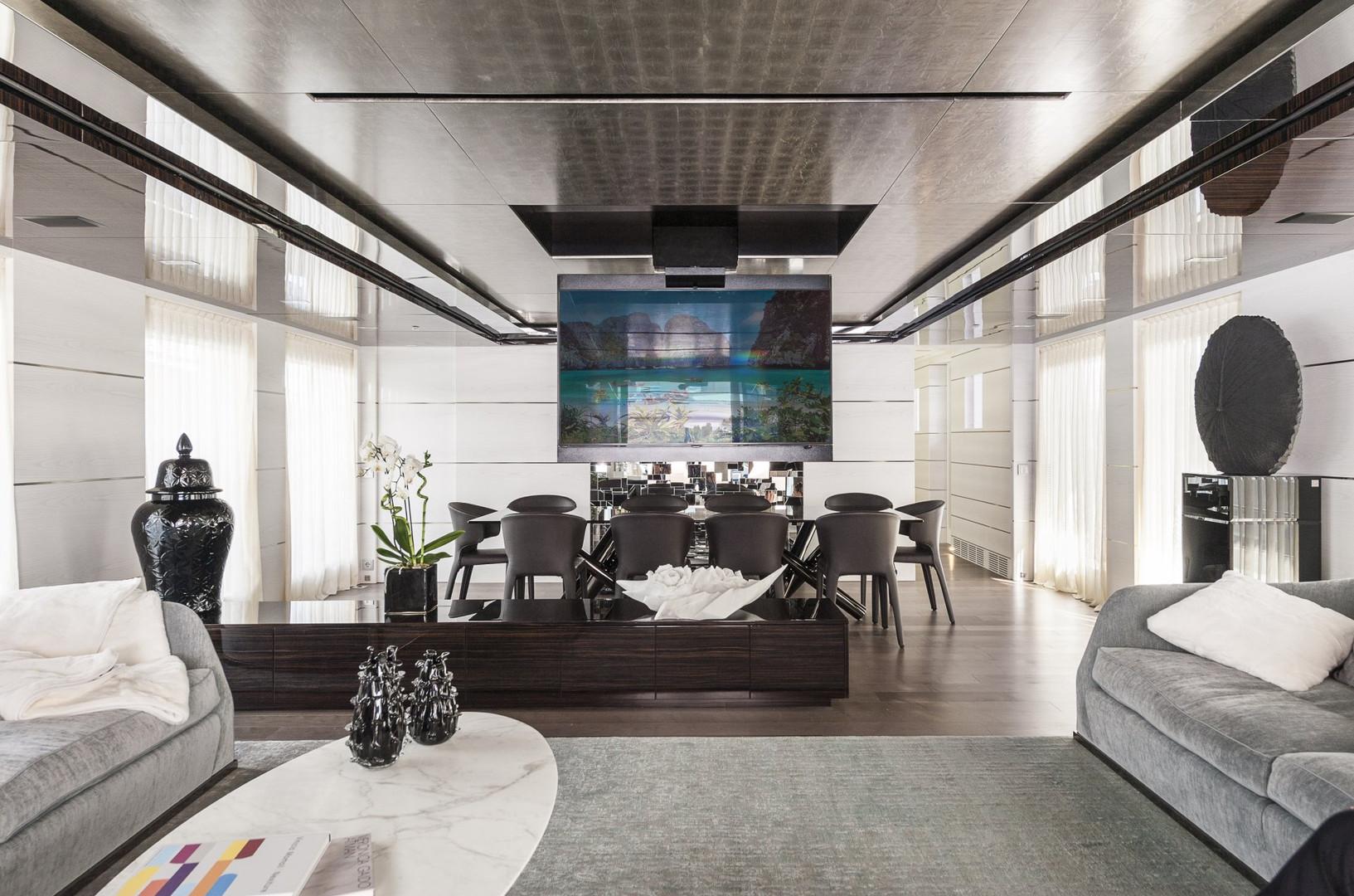 Yacht ENTOURAGE - saloon forward