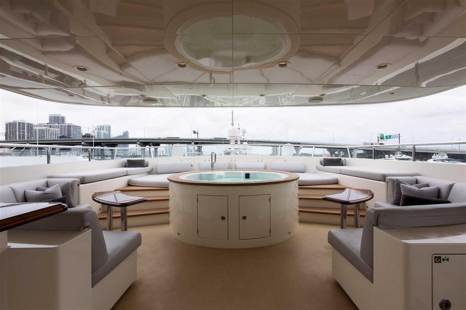 Yacht SAFIRA - sun deck hot tub