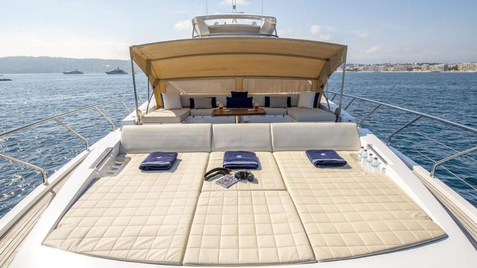 Yacht INVICTUS - foredeck sunbathing