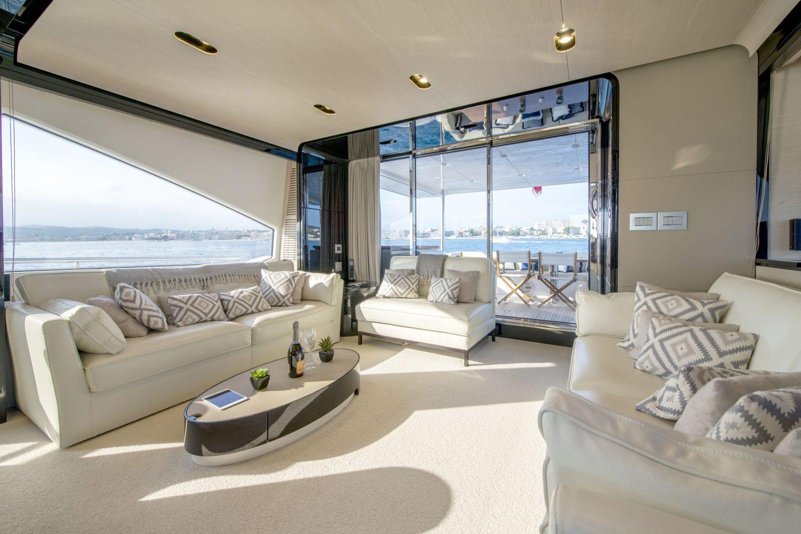 Yacht INVICTUS - saloon