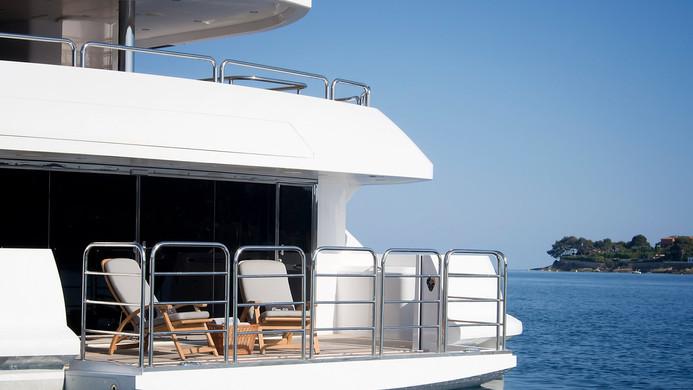 Yacht PRINCESS AVK - beach club hang out