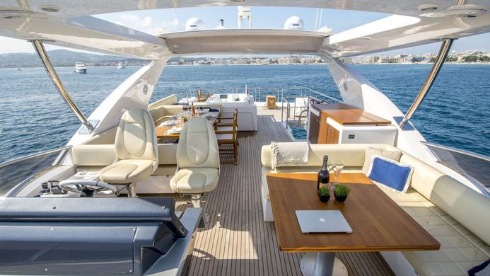 Yacht INVICTUS - flybridge