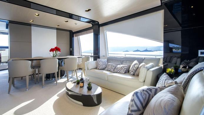 Yacht INVICTUS - saloon forward