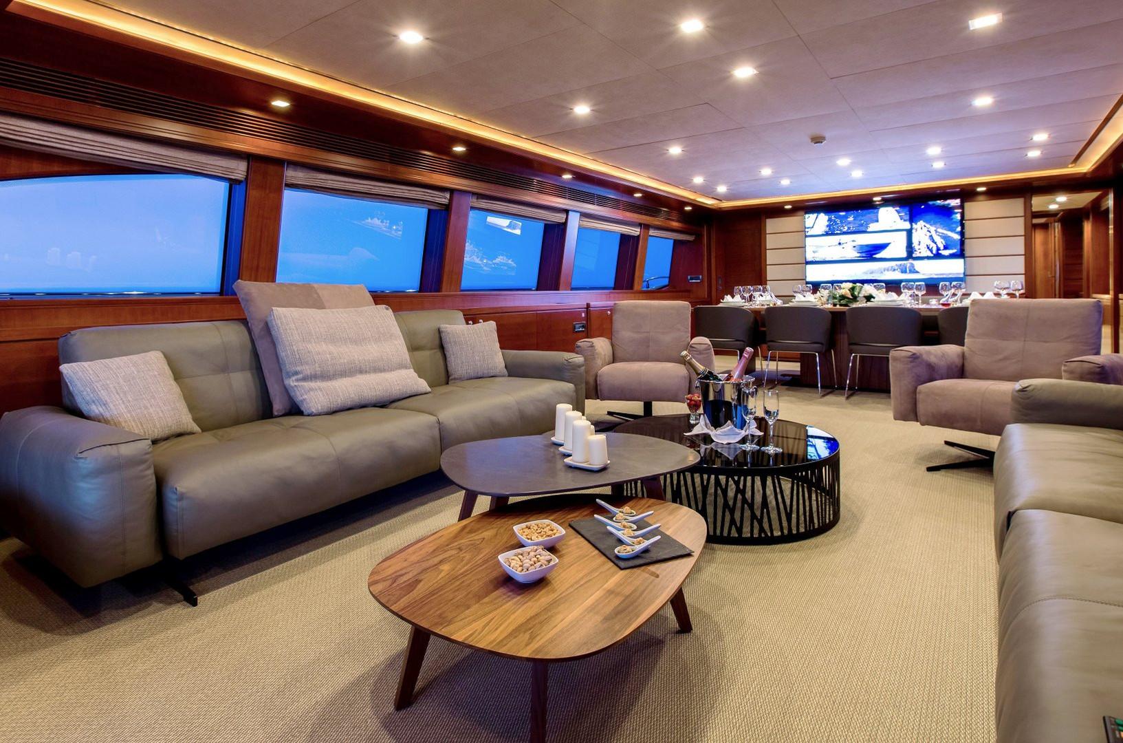 Yacht ROBUSTO - Saloon interior