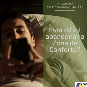 Rapaz usando o celular na cama