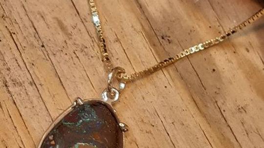 Gullsmykke med bulder opal