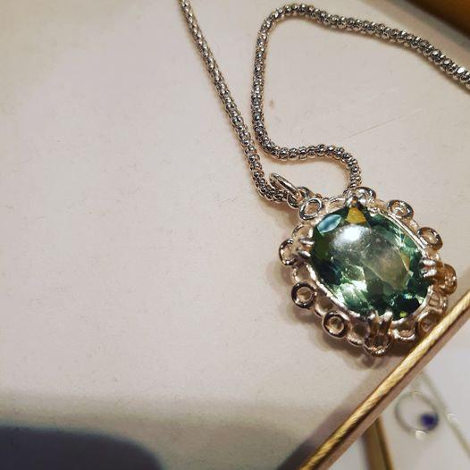 Sølvsmykke med grønn granat