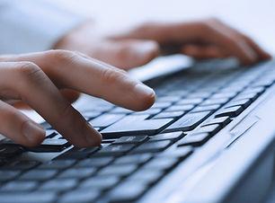 Hombre manos en el teclado