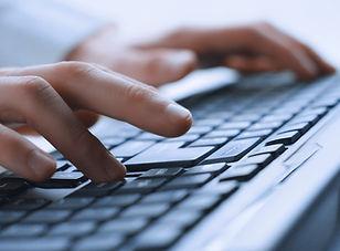 Mãos do homem no teclado
