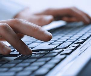 Man Hände auf Tastatur