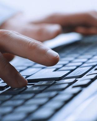 Man mains sur un clavier
